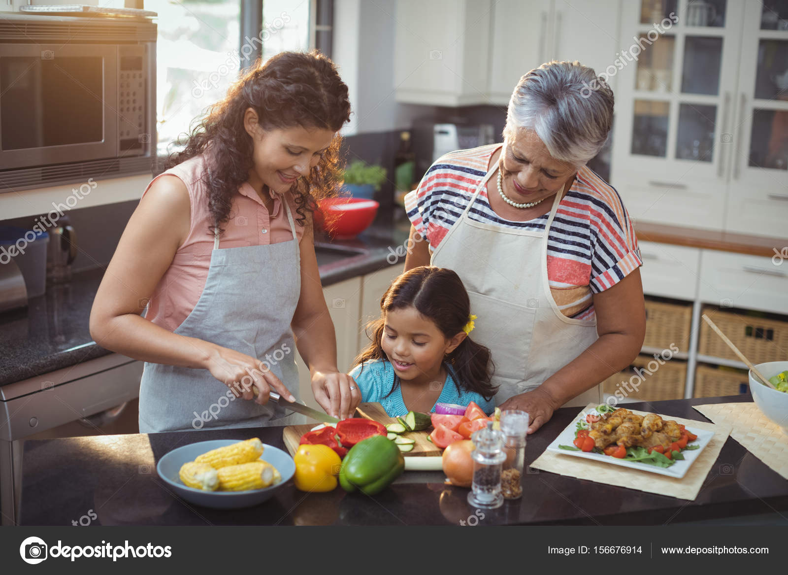 Mutter Lehre Tochter Gemüse Hacken — Stockfoto © Wavebreakmedia ...