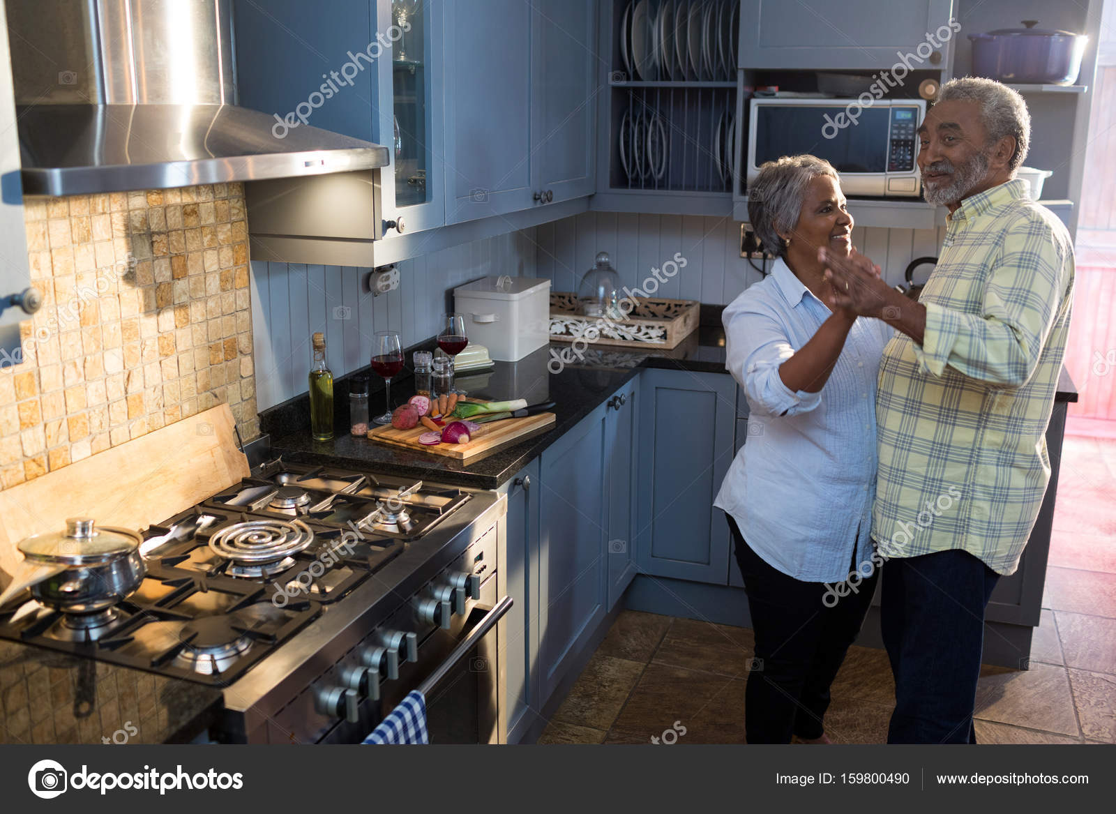 älteres paar tanzen in Küche — Stockfoto © Wavebreakmedia #159800490