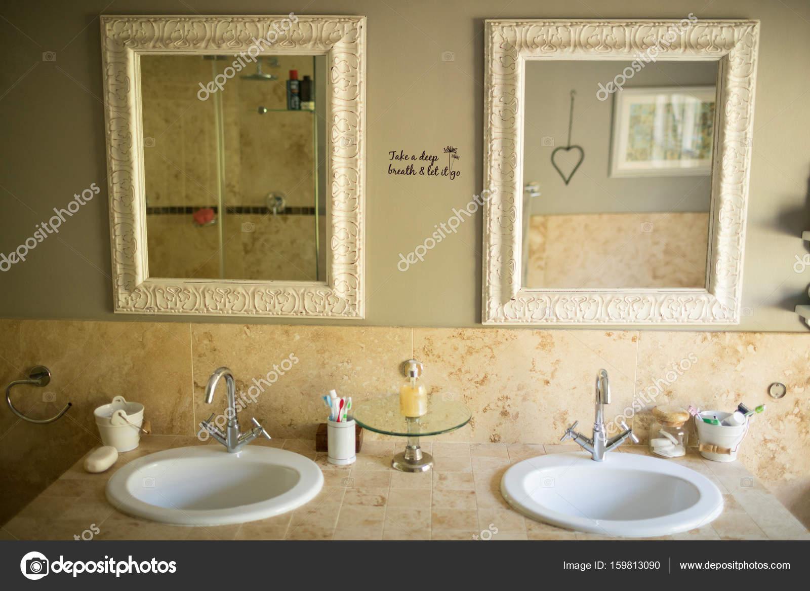 Spiegel over wastafels in de badkamer u stockfoto wavebreakmedia