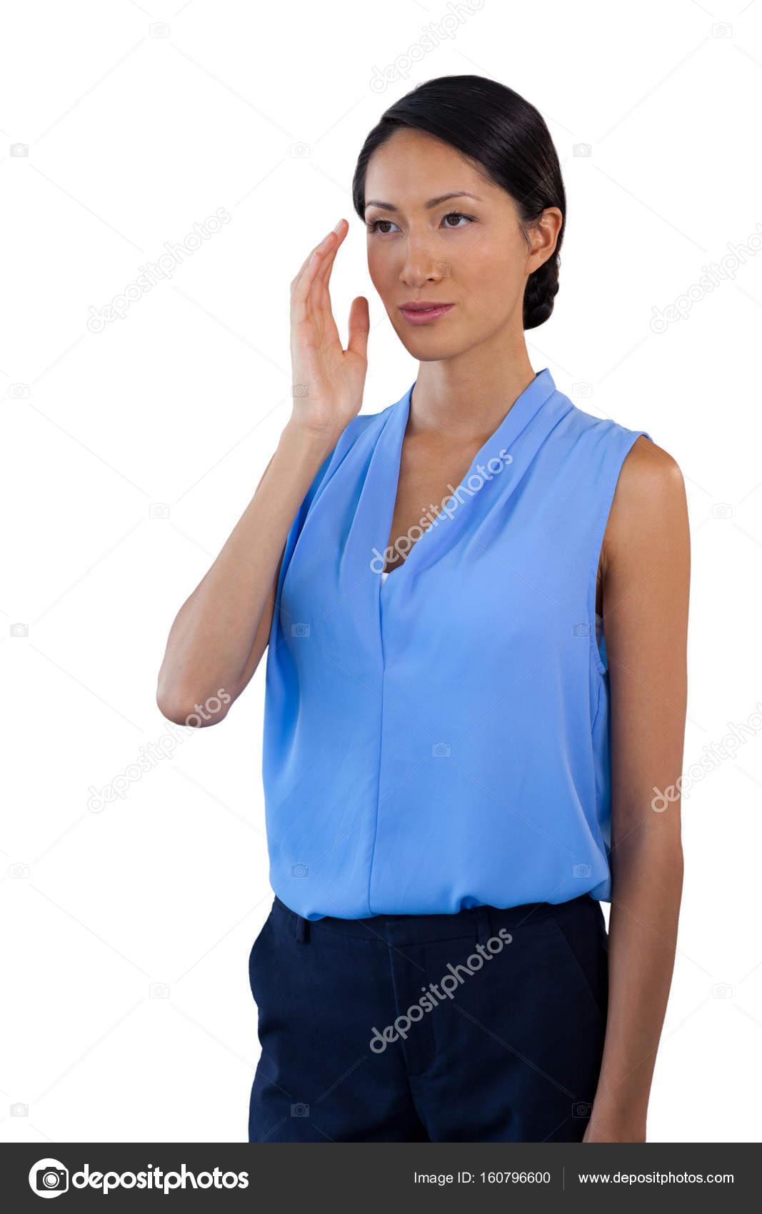 1e6d8a1970 Empresaria pensativa mirando de lejos mientras que gesticular — Foto de  Stock
