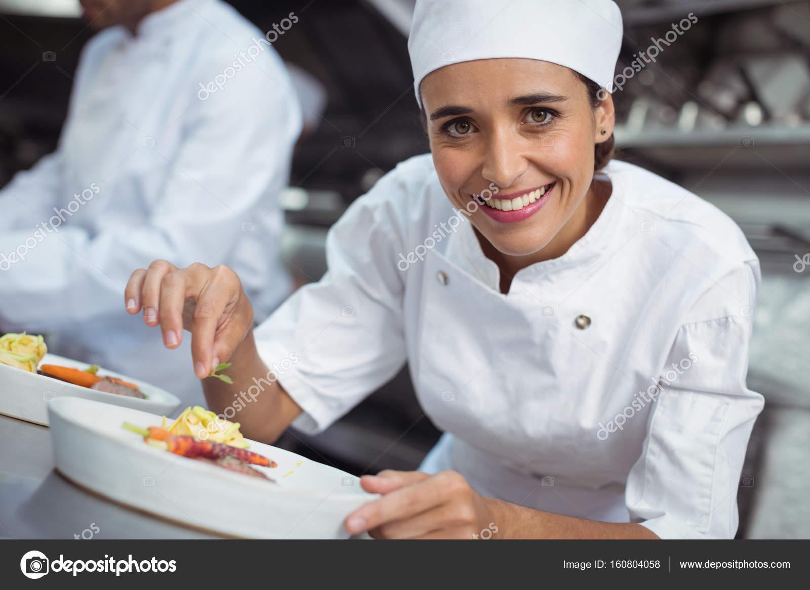 chef cibo in cucina al ristorante per guarnire — Foto Stock ...