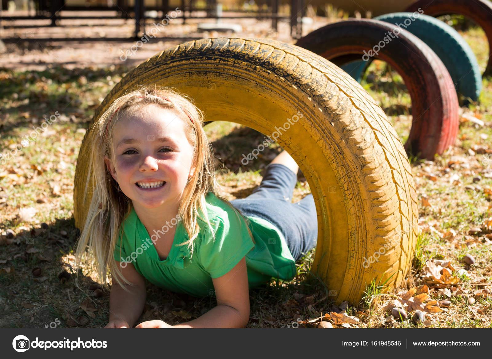 Klettergerüst Reifen : Glückliches mädchen spielen mit reifen u stockfoto