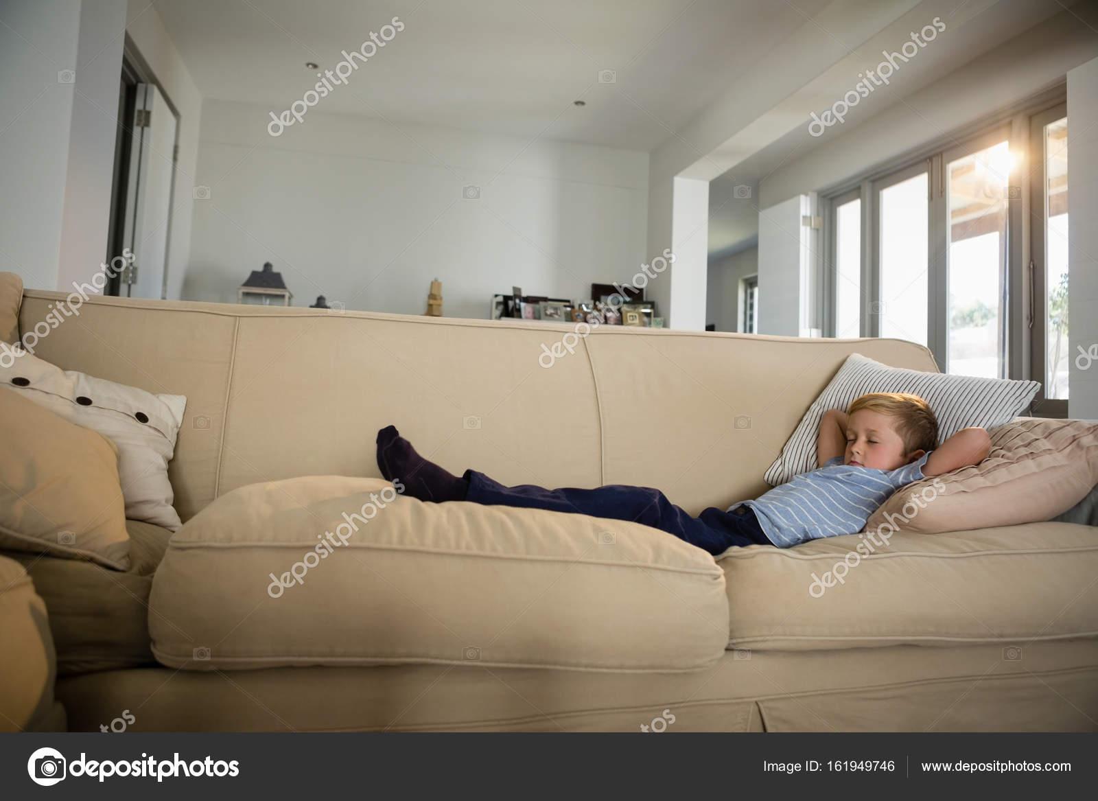 Jongen slapen op de Bank in de woonkamer — Stockfoto ...