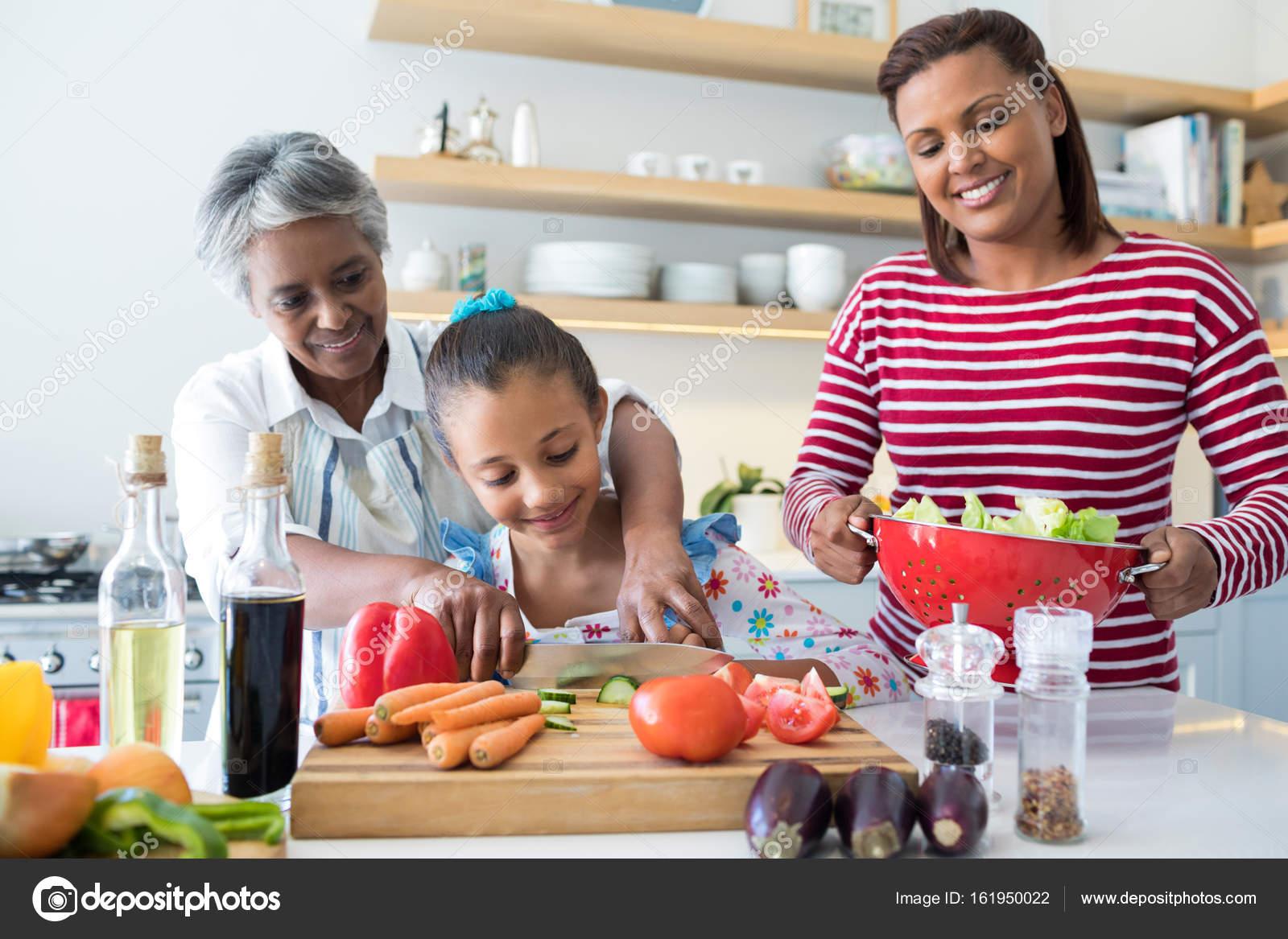 Großmutter, Enkelin, Gemüse Hacken zu unterstützen — Stockfoto ...