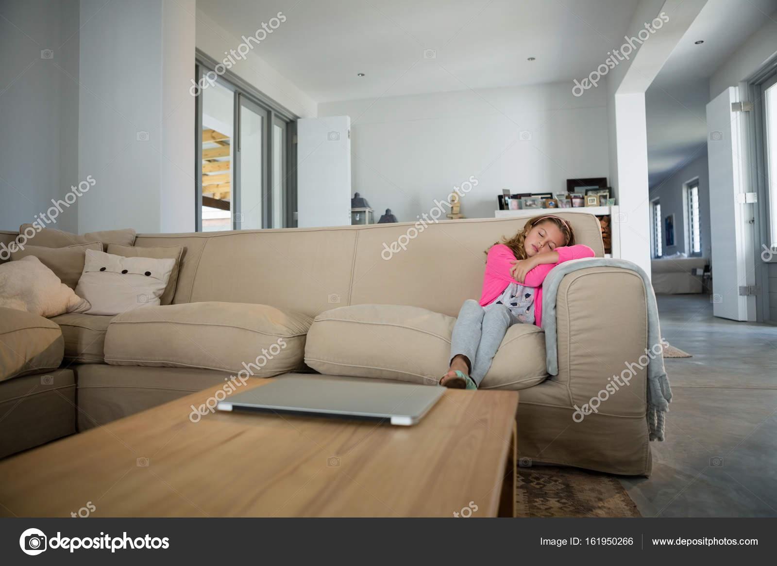 Meisje slapen op de Bank in de woonkamer — Stockfoto ...