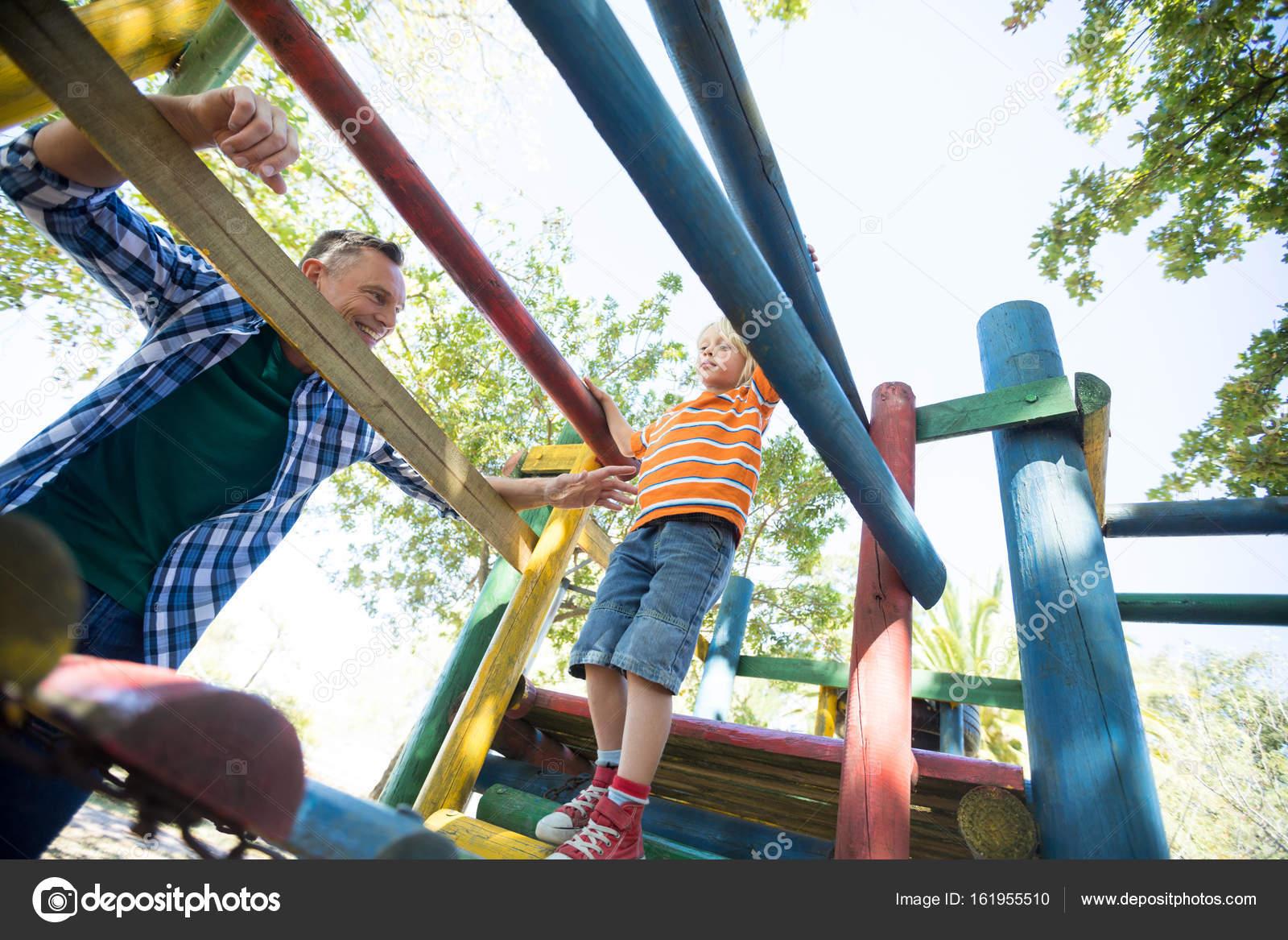 Klettergerüst Reck : Vater sohn zu fuß auf klettergerüst betrachten u2014 stockfoto