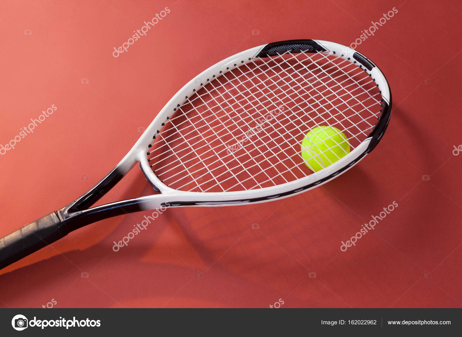 00bdea92af Fluorescente amarela bola com raquete de tênis — Fotografia de Stock