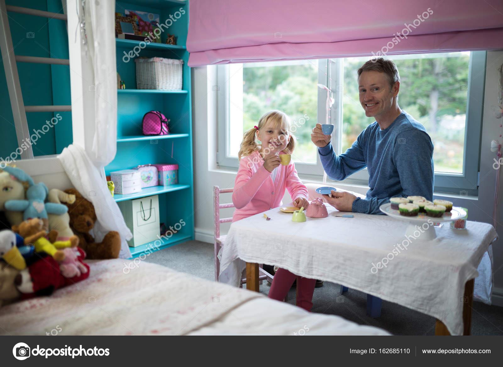 Mädchen und Vater mit Tee aus Spielzeug-Küche-set — Stockfoto ...