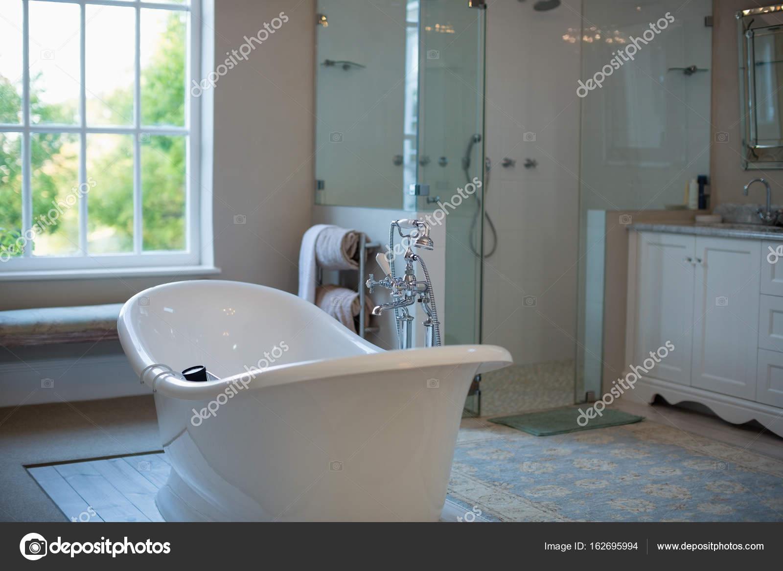 Vasca Da Bagno Vista : Vista della vasca da bagno vuota u foto stock wavebreakmedia