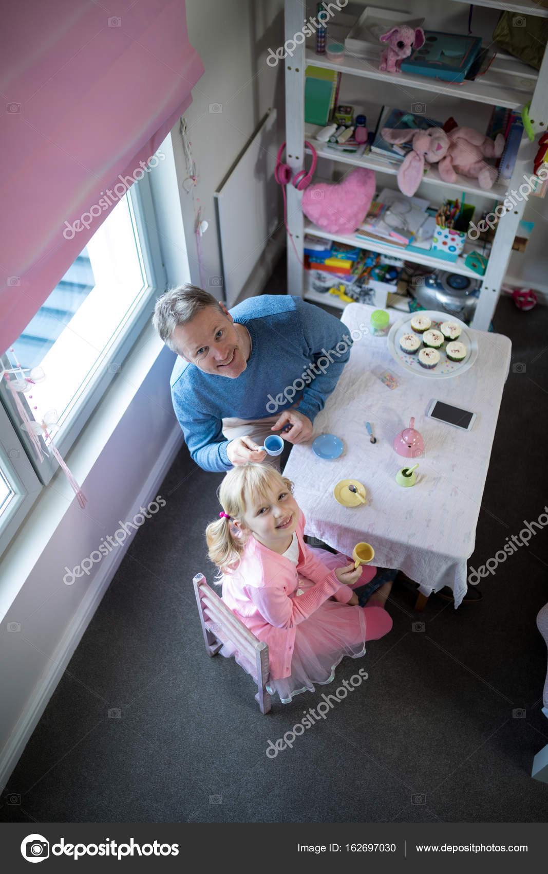 Vater und Mädchen spielen mit einem Spielzeug-Küche-set — Stockfoto ...