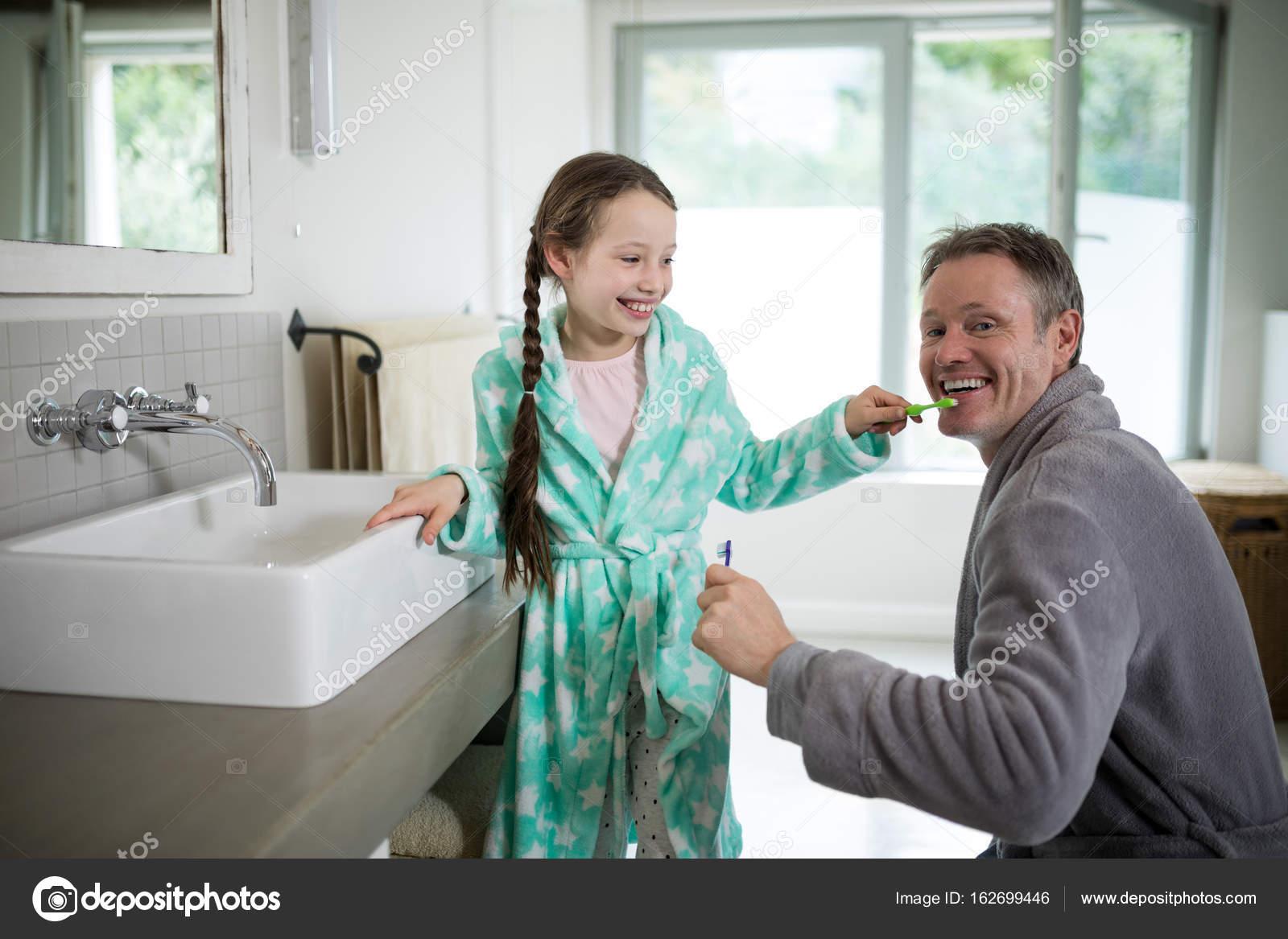 Атец смотрет доч в душе