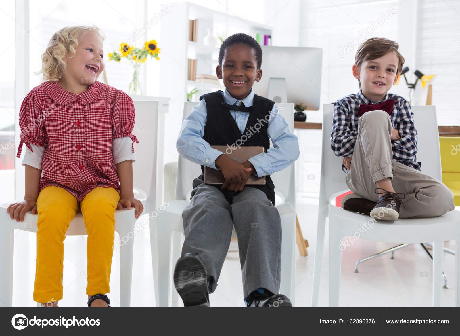 niños sentados en sillas de oficina — Foto de stock © Wavebreakmedia ...