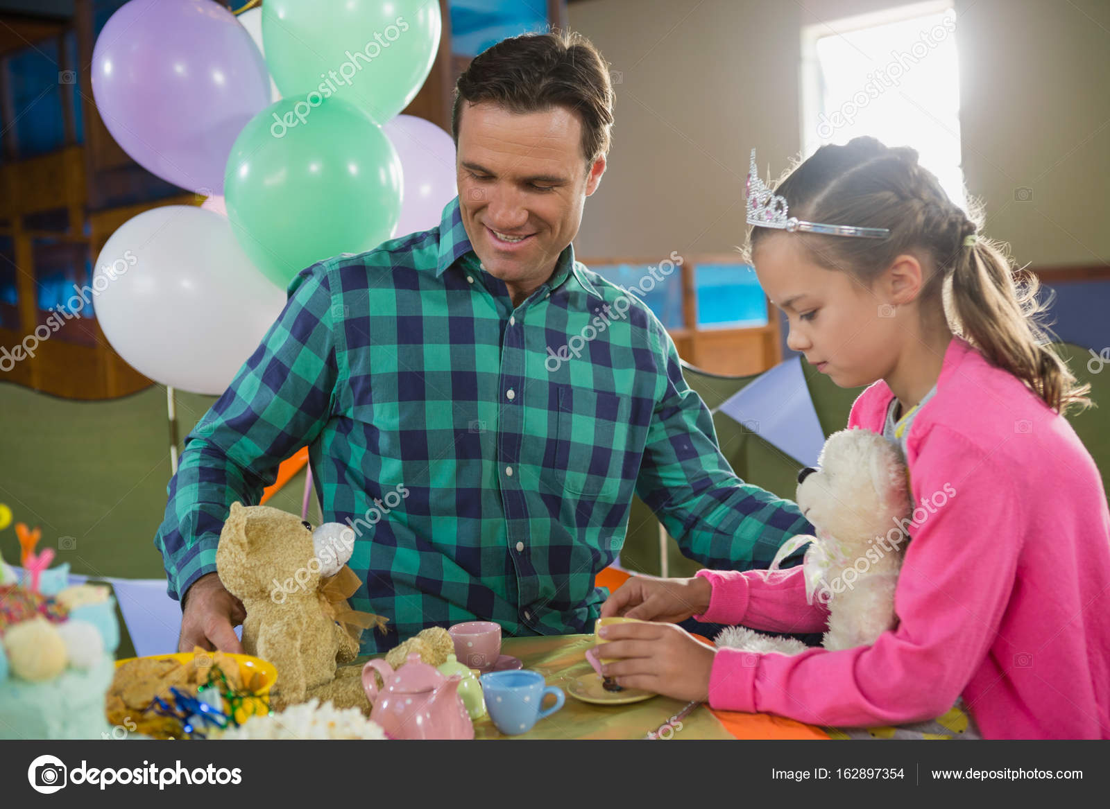 Father and girl playing kitchen set — Stock Photo © Wavebreakmedia ...