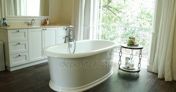 Vasca Da Bagno Bloccata : Vista all interno della stanza da bagno con vasca da bagno u video