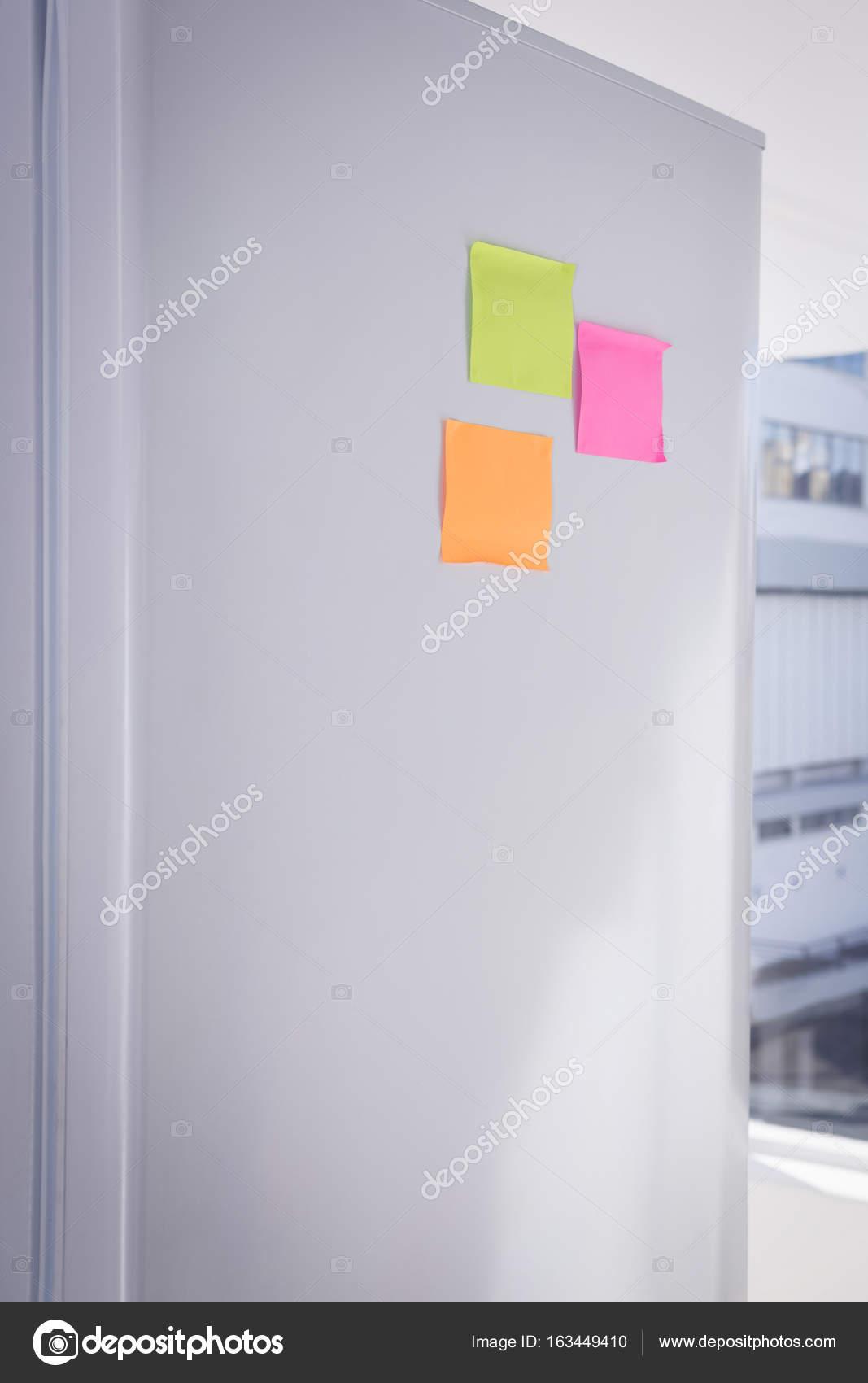 Post-it Notes auf Kühlschrank — Stockfoto © Wavebreakmedia #163449410