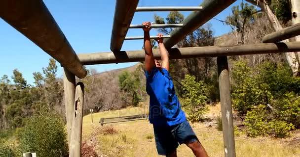 Klettergerüst Monkey Bar Gebraucht : Junge training auf monkey bar u stockvideo wavebreakmedia
