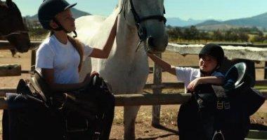 Ragazza che accarezza un cavallo bianco in un ranch in una for Piani di ranch tentacolare