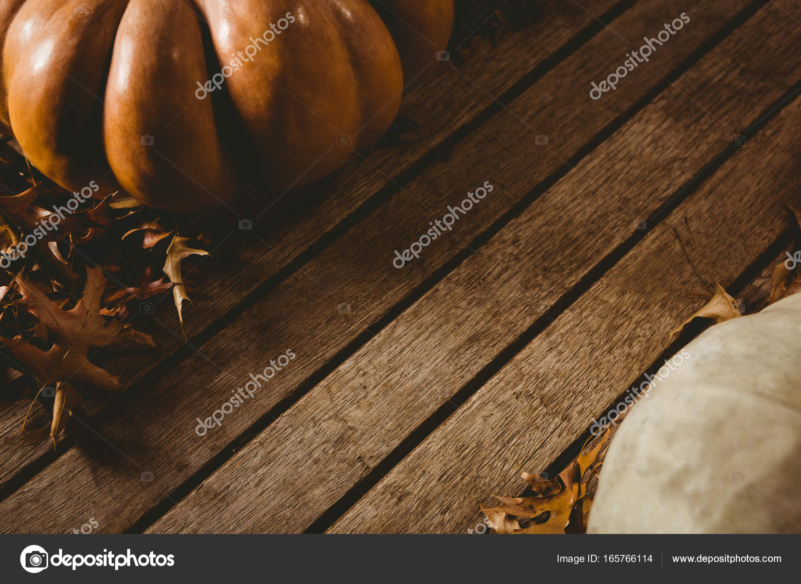 bl tter im herbst von k rbissen auf holztisch stockfoto wavebreakmedia 165766114. Black Bedroom Furniture Sets. Home Design Ideas