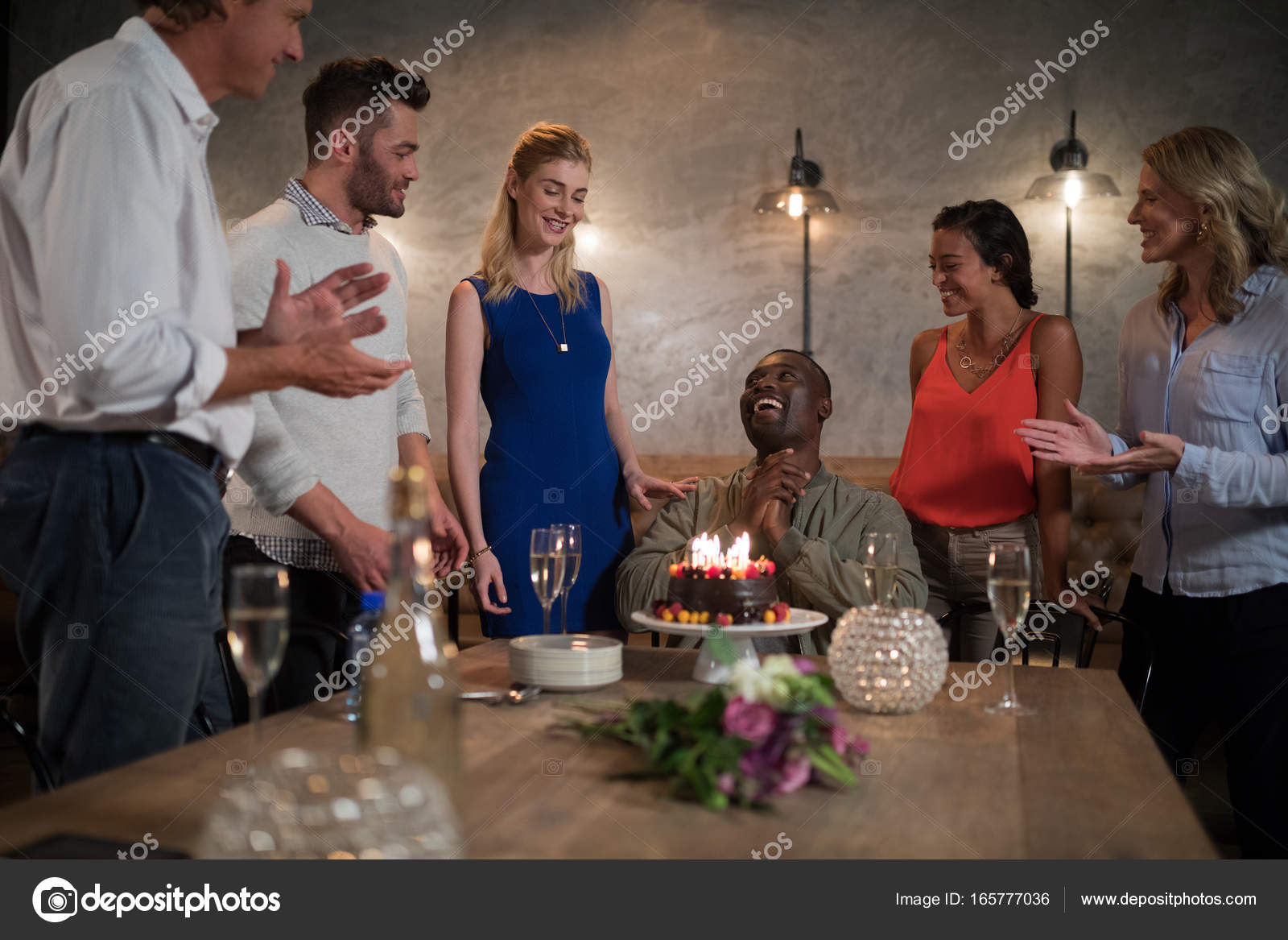Man Ontvangen Van De Cake Van De Verjaardag Van De Verrassing