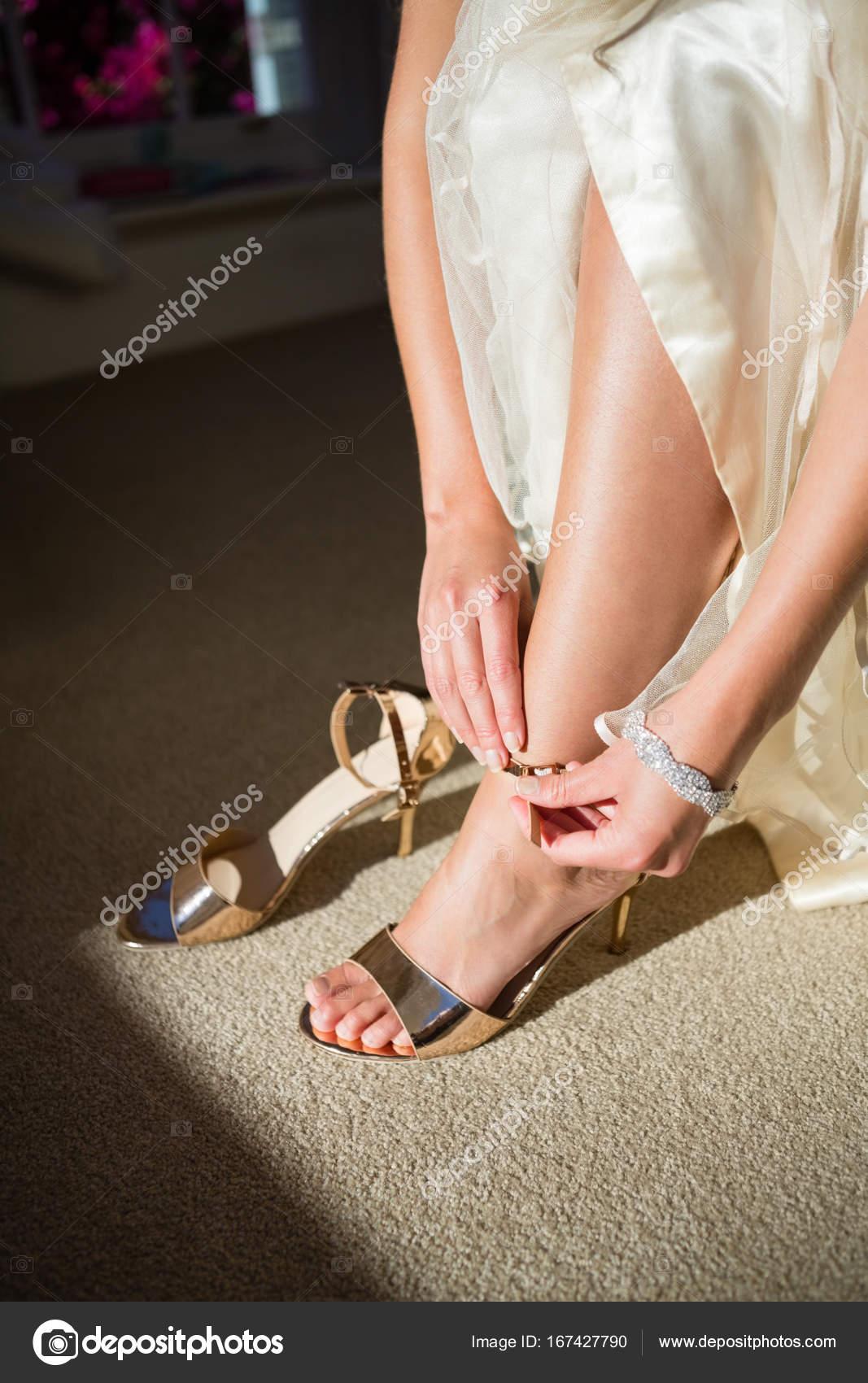Braut Zu Hause Goldene Sandalen Stockfoto Wavebreakmedia