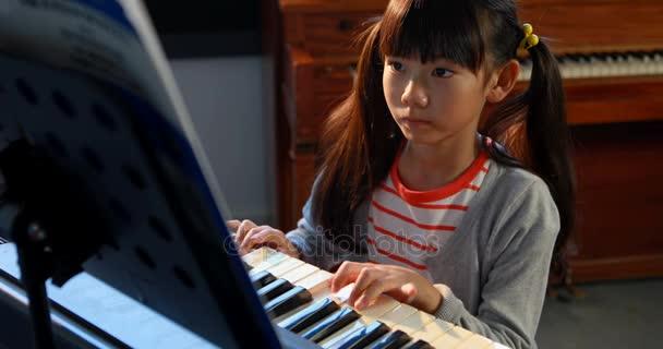 Молодая ученица и учитель пианино смотреть