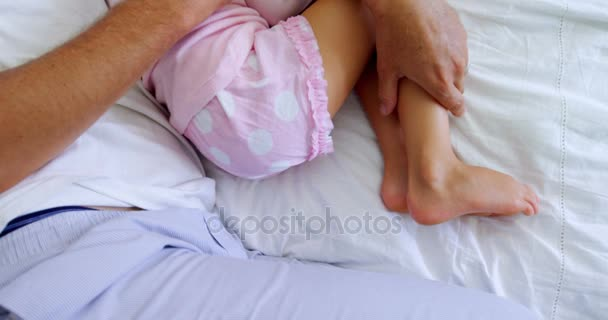 Vader En Dochter Samen Slapen Op Bed Stockvideo Wavebreakmedia