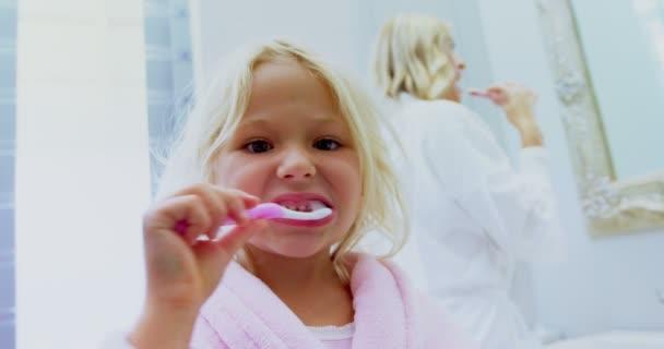 Mädchen putzen Zähne im Badezimmer