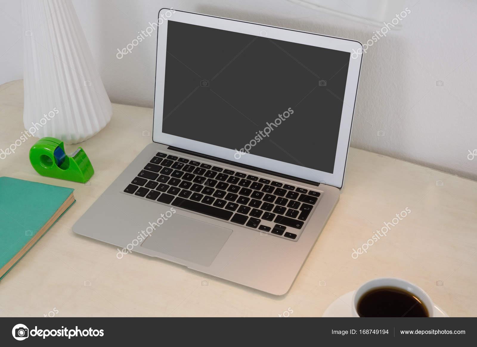 Accessori Per Ufficio : Accessori per ufficio e computer portatile sul tavolo u2014 foto stock
