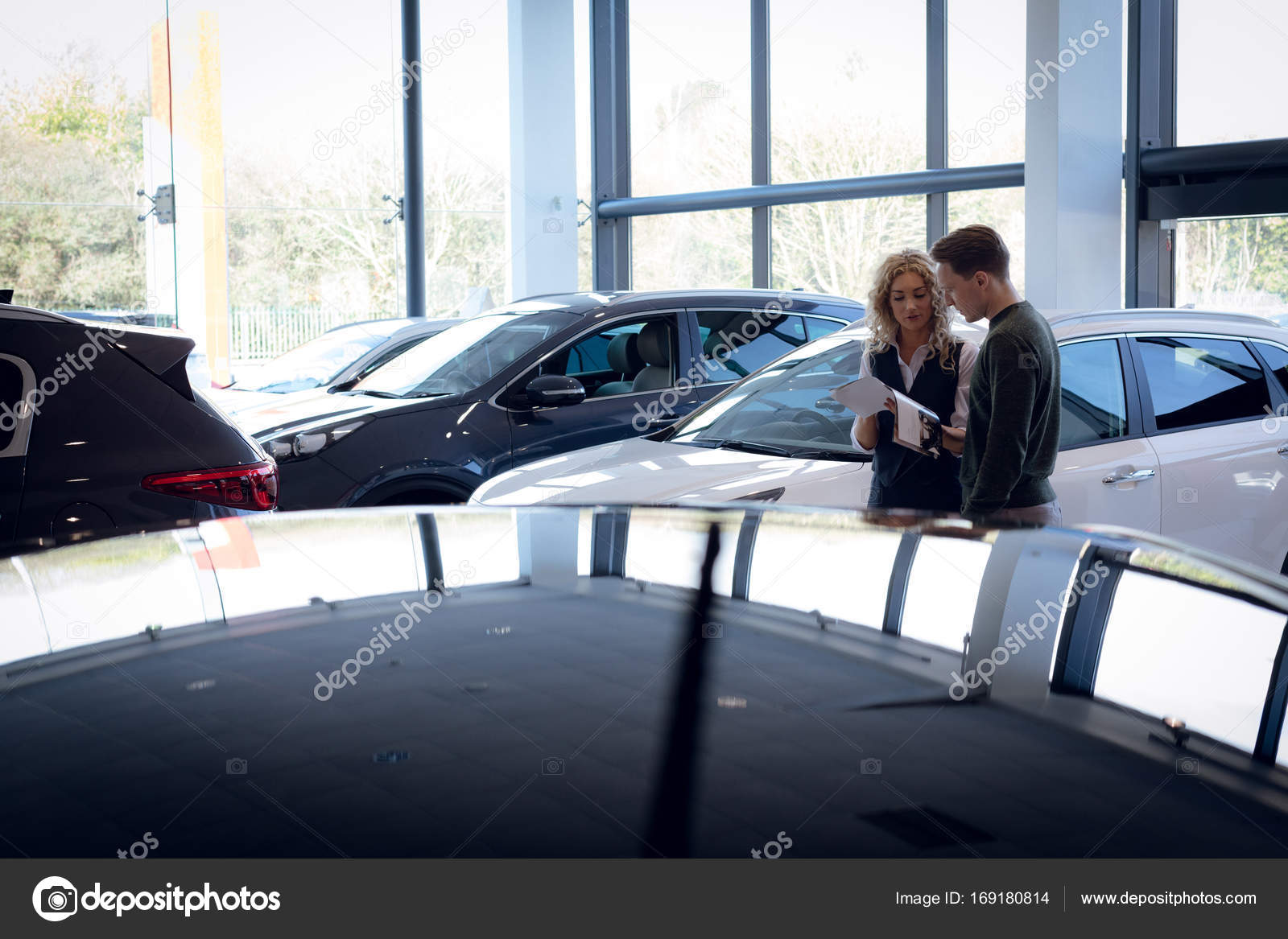 Vendedora discutiendo sobre folleto con cliente — Foto de stock ...