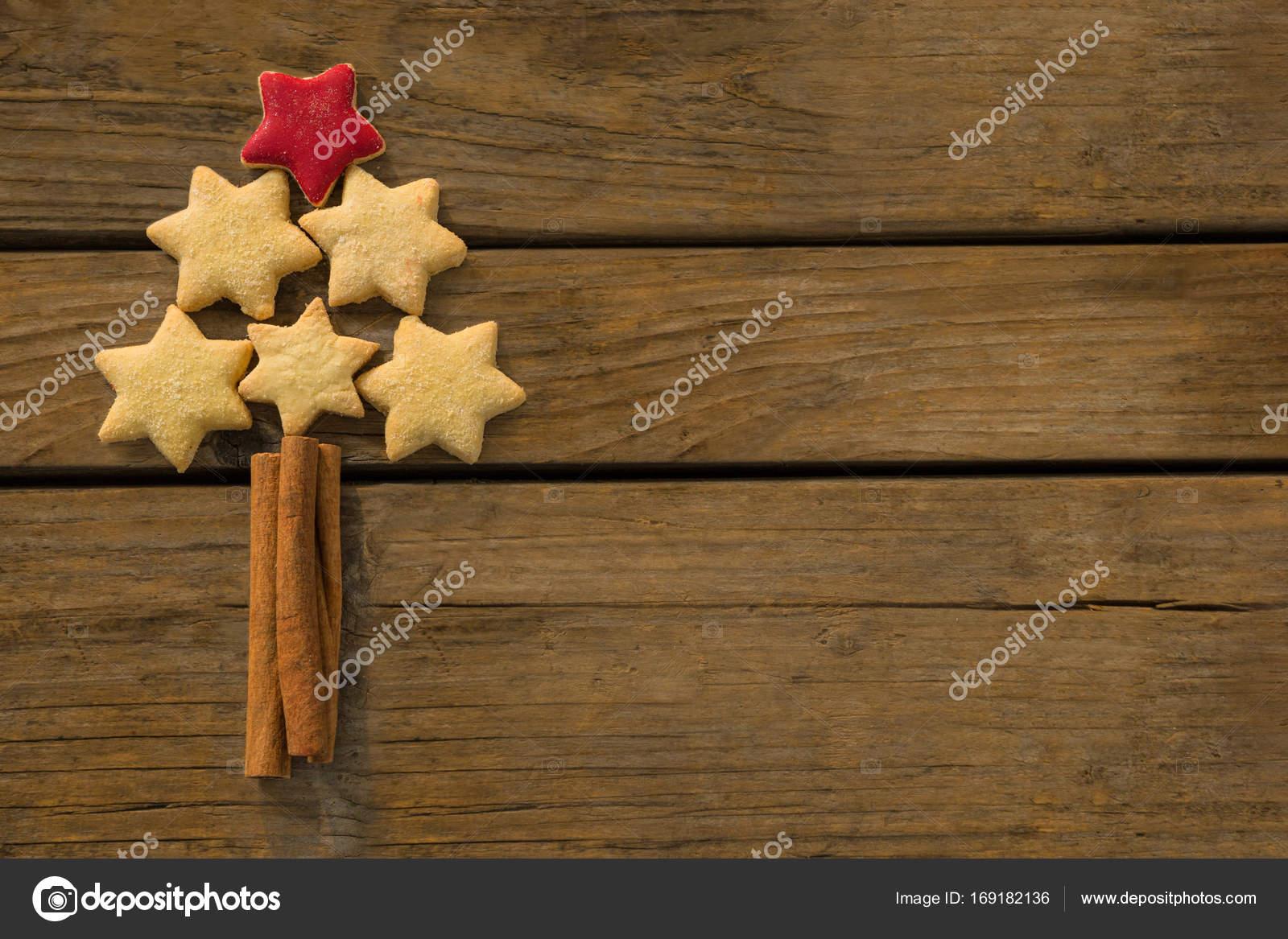 Albero Di Natale Fatto Con I Biscotti.Albero Di Natale Fatto Con Biscotti A Forma Di Stella Foto Stock