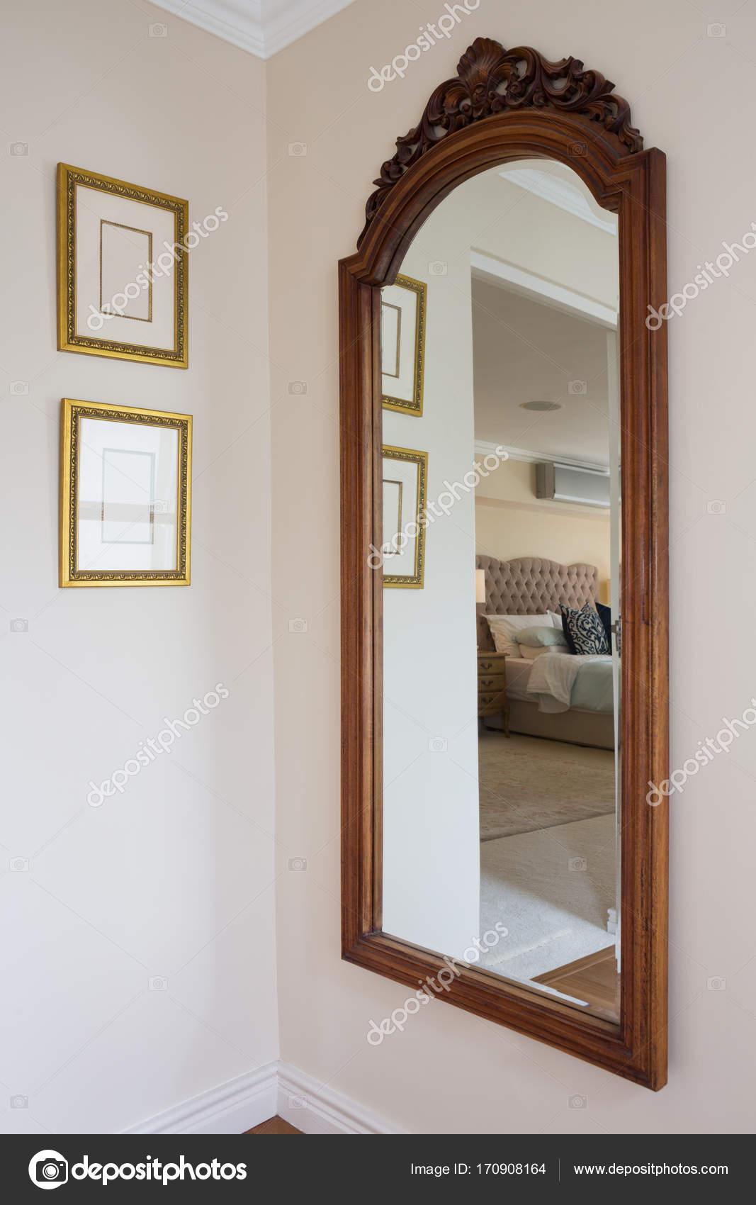Espejo con marco madera en pared — Foto de stock © Wavebreakmedia ...