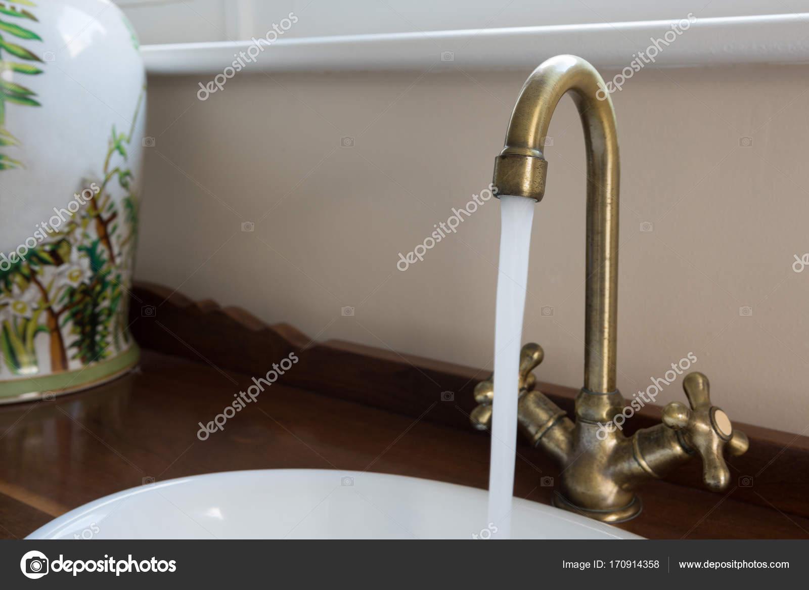 Wasser läuft durch Wasserhahn — Stockfoto © Wavebreakmedia #170914358