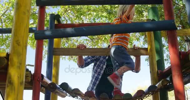 Klettergerüst Hängebrücke : Junge klettern eine kleine hölzerne hängebrücke u stockvideo