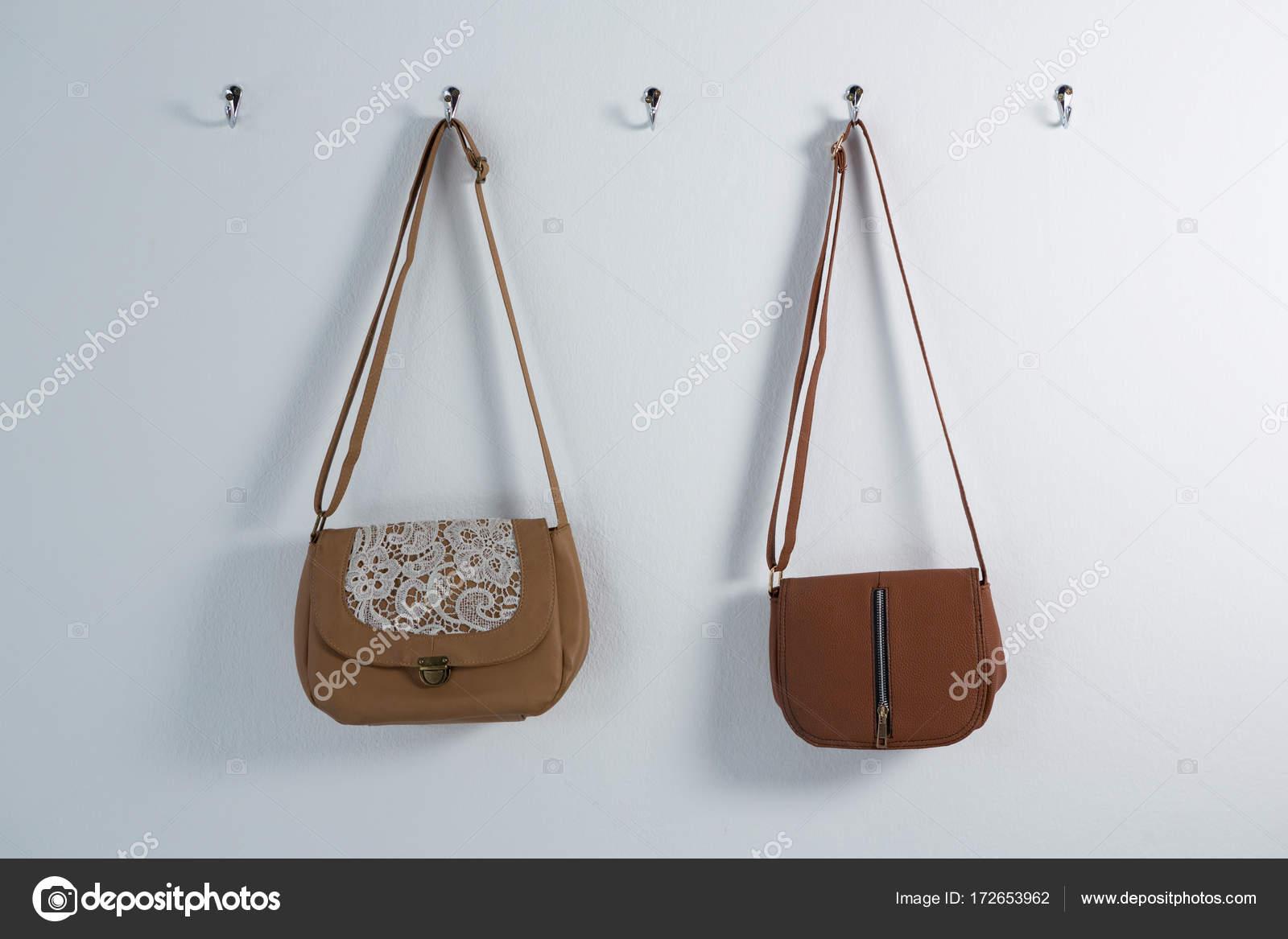 45fad06ec Elegantes bolsos de colgar en el gancho — Foto de stock ...