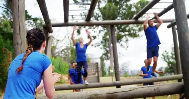 Klettergerüst Monkey Bar Gebraucht : Menschen klettern klettergerüst u stockvideo wavebreakmedia