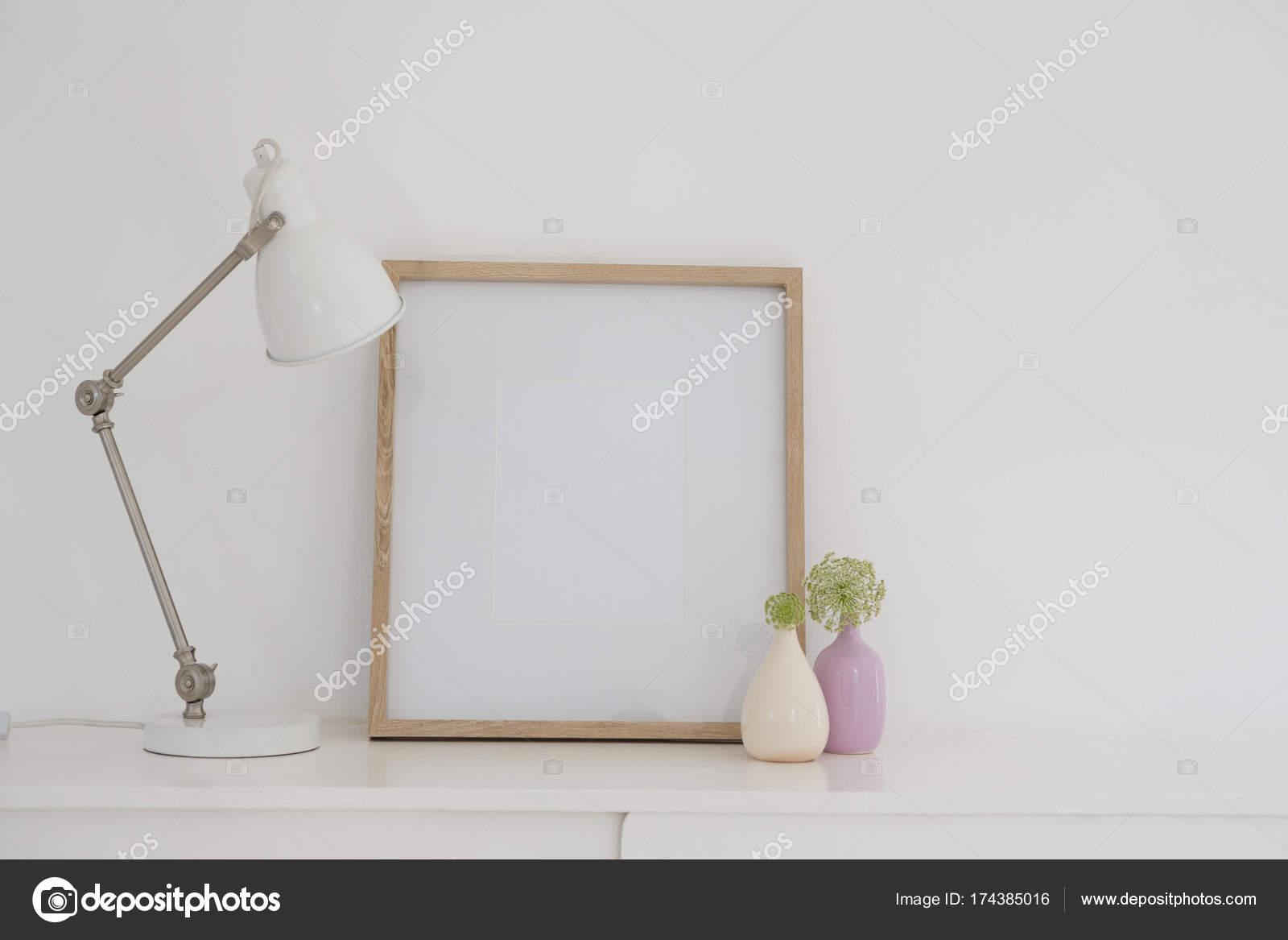 Elektrische Lampe, Vase und Bild Frame auf Tisch — Stockfoto ...