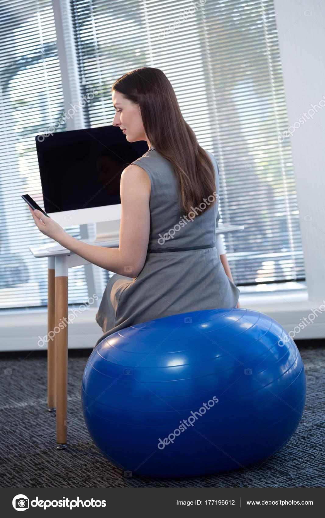 weibliche f hrungskraft sitzen auf gymnastikball stockfoto wavebreakmedia 177196612. Black Bedroom Furniture Sets. Home Design Ideas