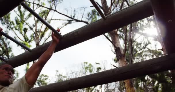 Klettergerüst Boot : Mädchen klettern klettergerüst u stockfoto wavebreakmedia