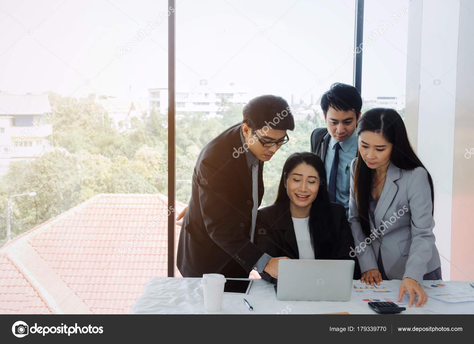 Gruppe Von Asien Geschäft Leute Teamerfolg Planung Gemeinsam Mit  Laptop Computer Am Schreibtisch Im Tagungsraum Im Büro, Unterstützung,  Partner, Teamwork, ...