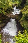 Fotografia Davis Falls è una cascata che si trova a Pokhara nel distretto di Kaski