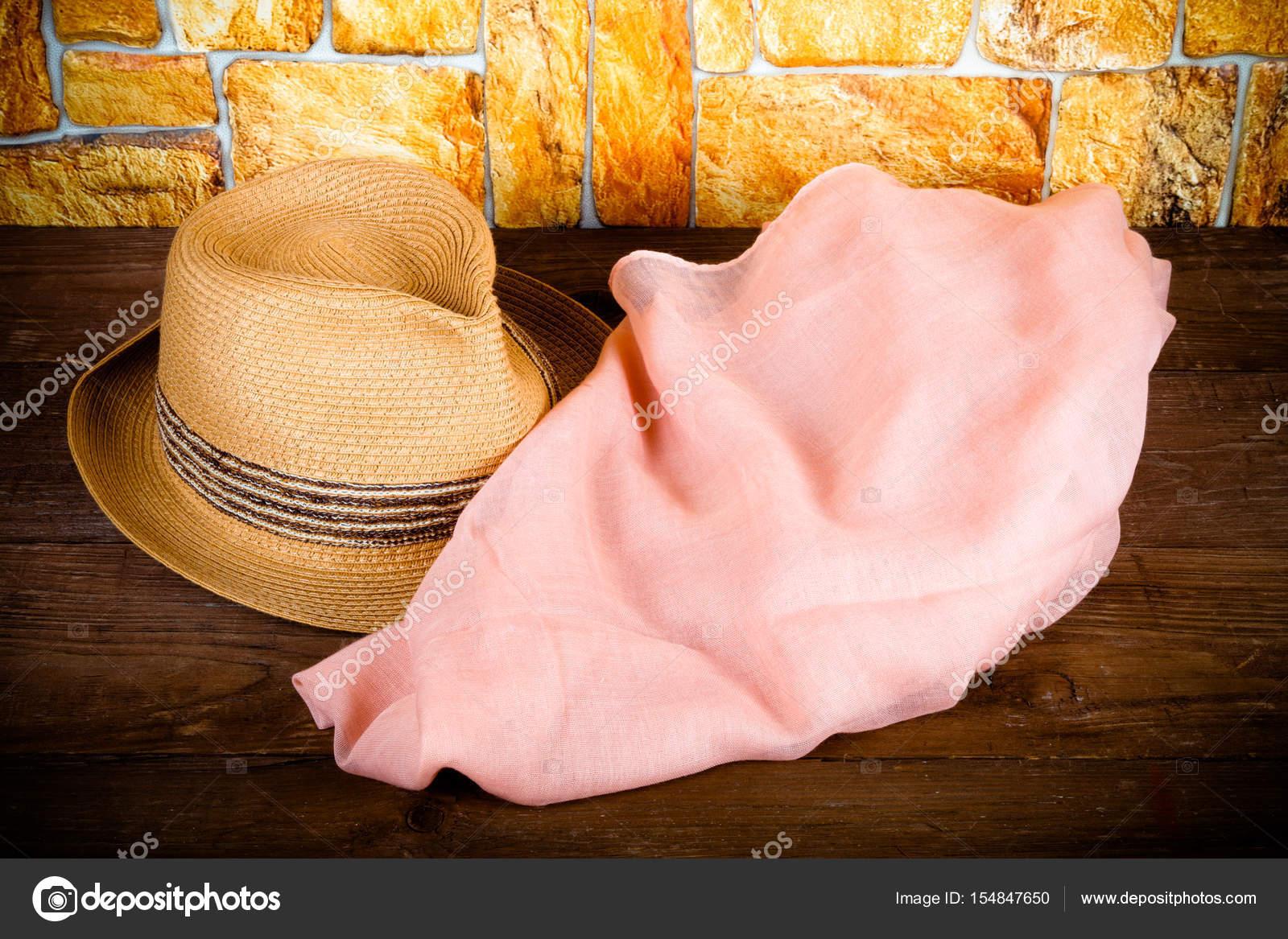Cappello di paglia e sciarpa rosa su un tavolo di legno davanti a un muro  di pietra. Tonica — Foto di Strannik Fox 9aa509a1be4a