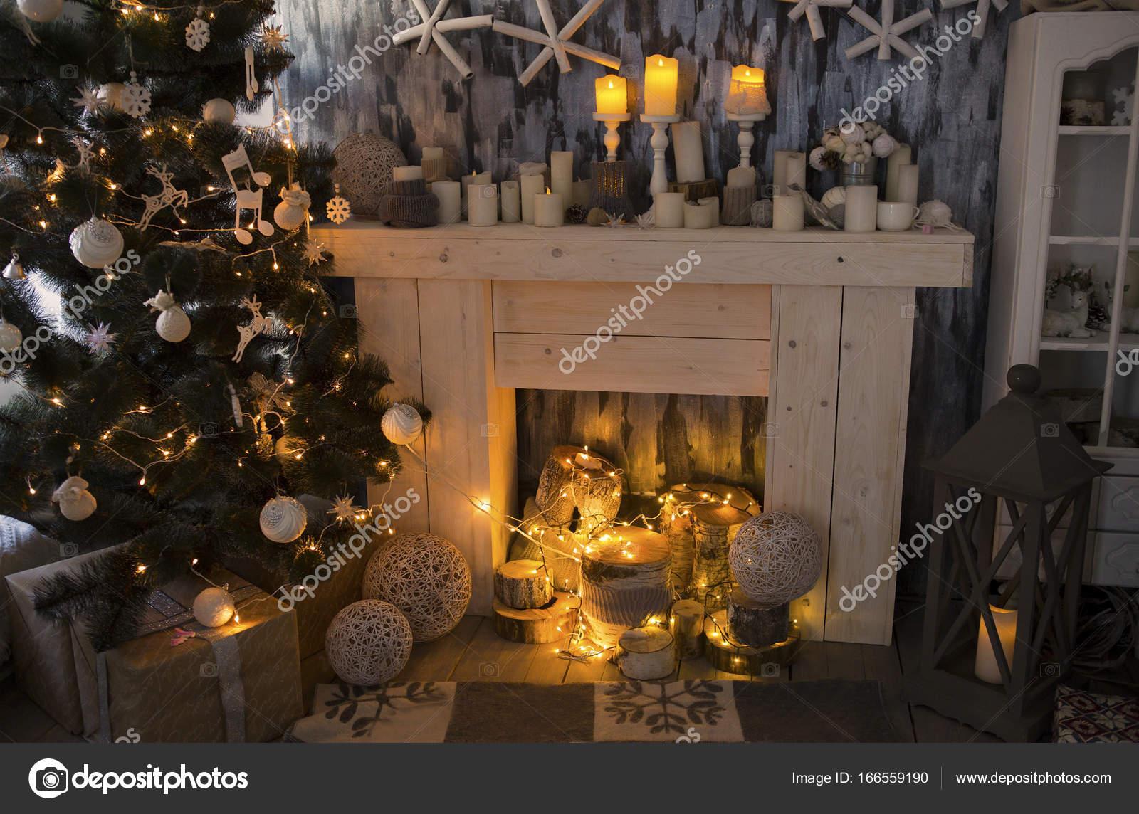 Weihnachts-Zimmer mit Kamin, präsentiert unter geschmückten ...