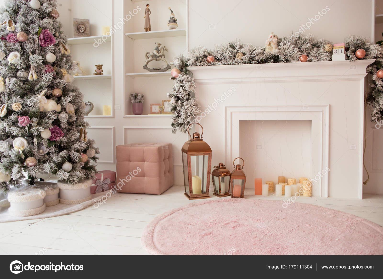 Woonkamer in witte en roze kleuren, met Kerstmis ingericht interieur ...