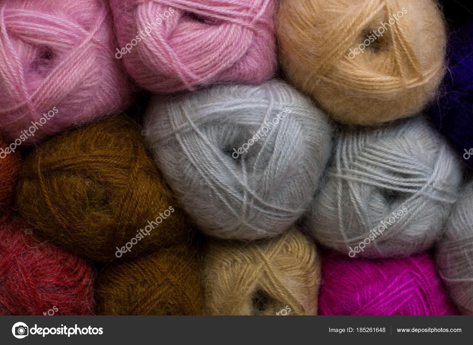 Patrón de punto de lana hilado colorido en la tienda — Foto de stock ...