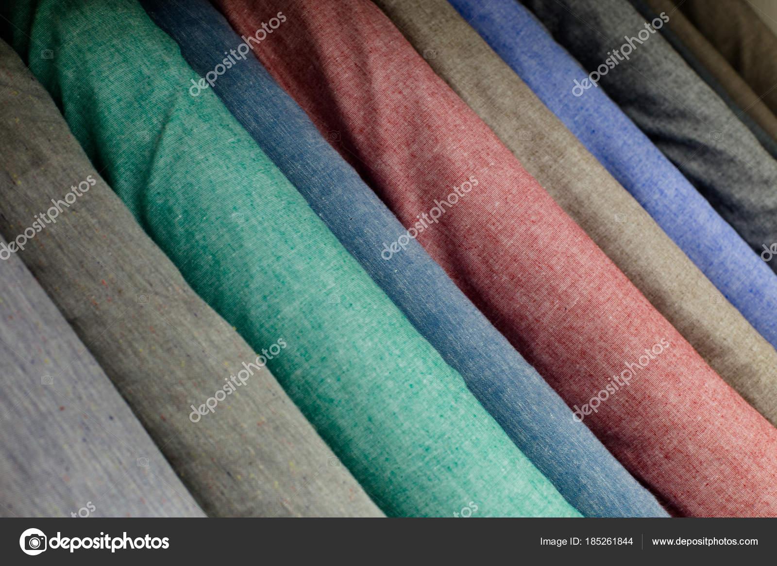 3b7f80652d Muestras de tela en la tienda. Un montón de tela rollos. Fondo de las  muestras de textiles. Pernos de tonos pastel de paño de lino.