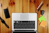 Rustik, munkavállaló, a fából készült asztallap nézet, a lakás. Üzleti elemek a tábla, laptop, telefon, toll, matrica. Üzleti attribútumok fogalmának. Másolja a hely