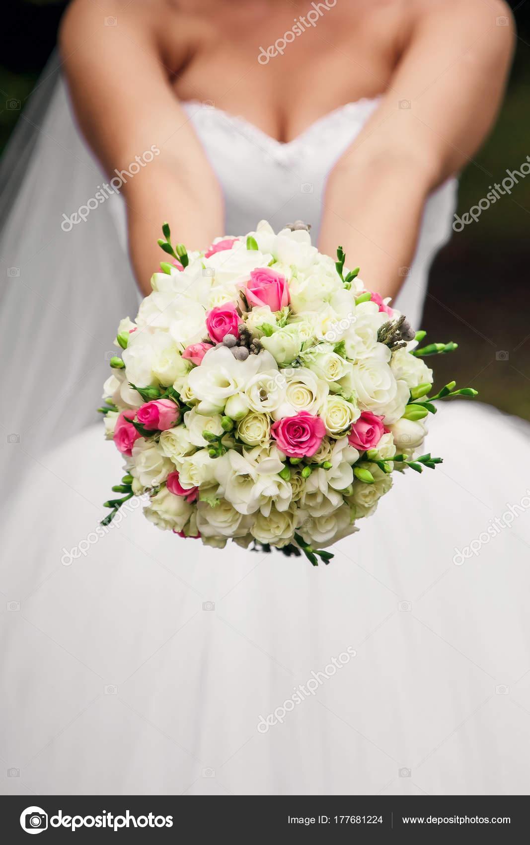 Die Braut Halt Einen Brautstrauss Ihren Handen Der Natur Stockfoto
