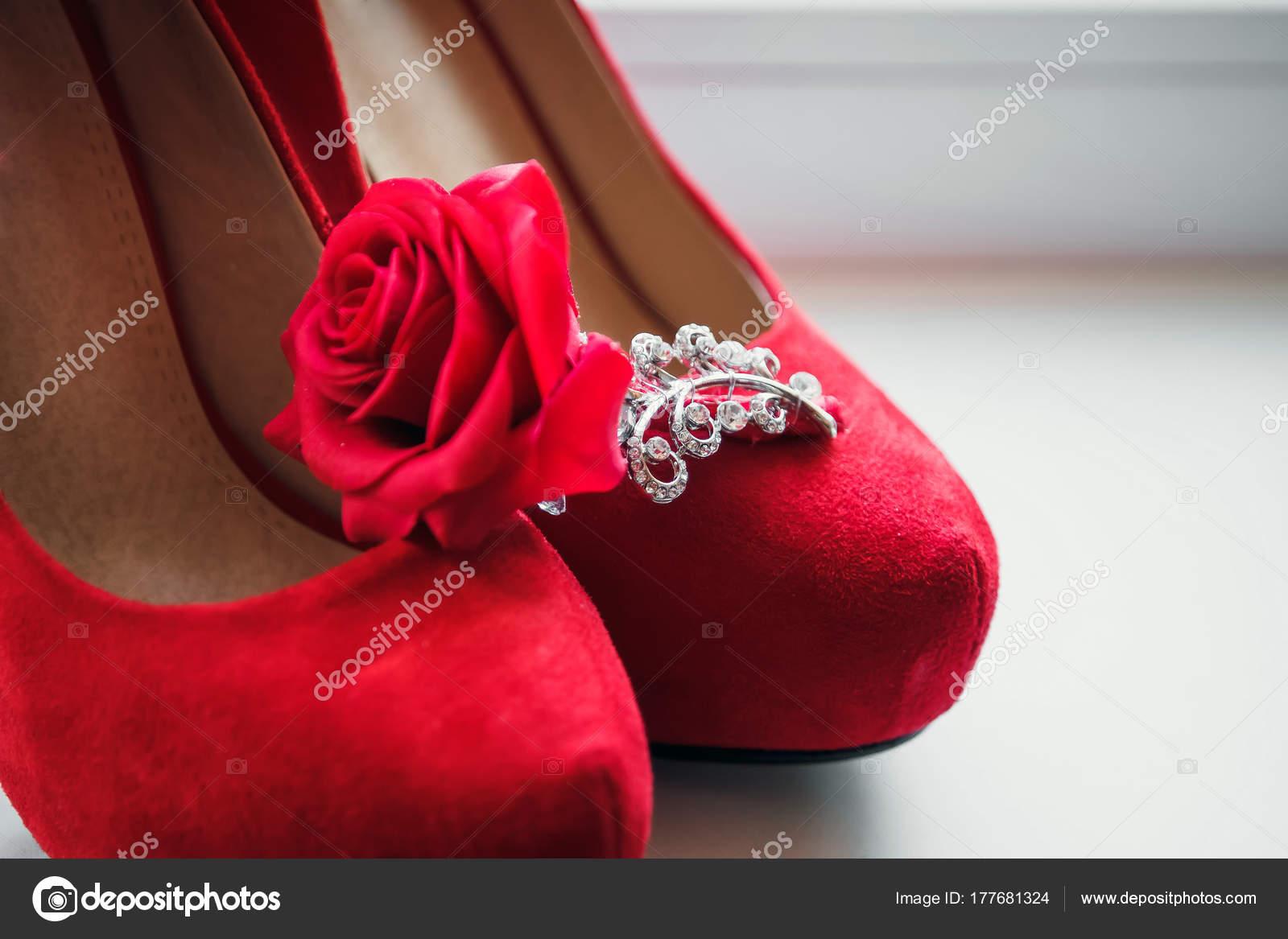 Червоний Жіноче Взуття Стояти Підвіконні Весілля Бутоньєрка — стокове фото 879e2f9450139