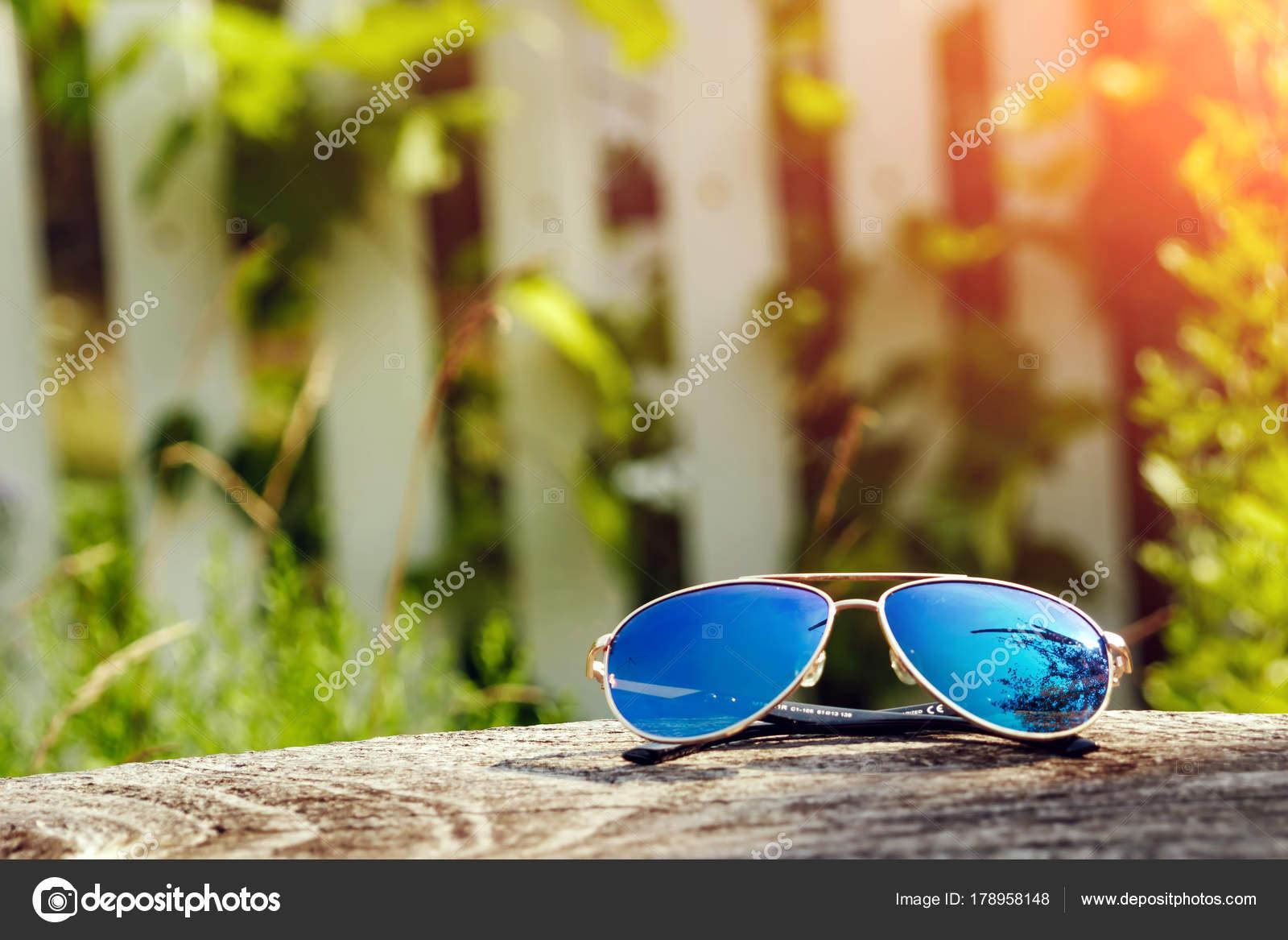 Schöne Sonnenbrille Goldrahmen Nahaufnahme Auf Einem Holztisch ...