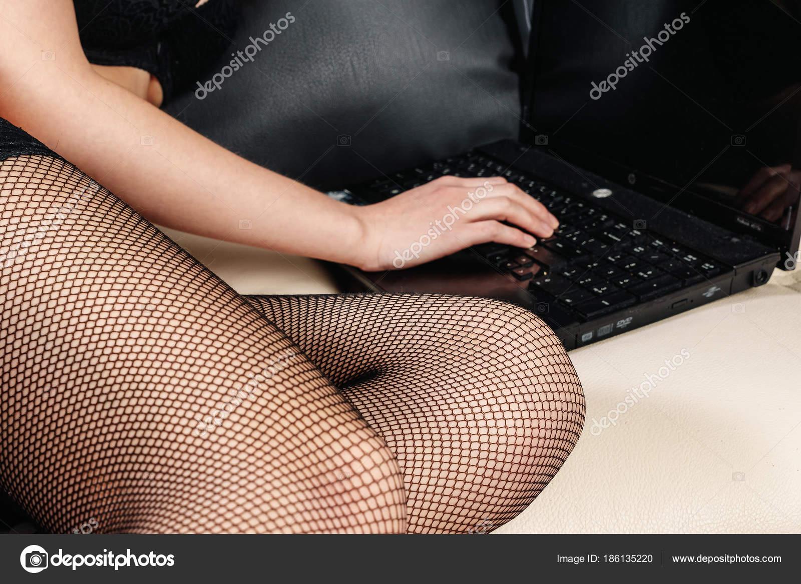 Подруга позирует перед веб